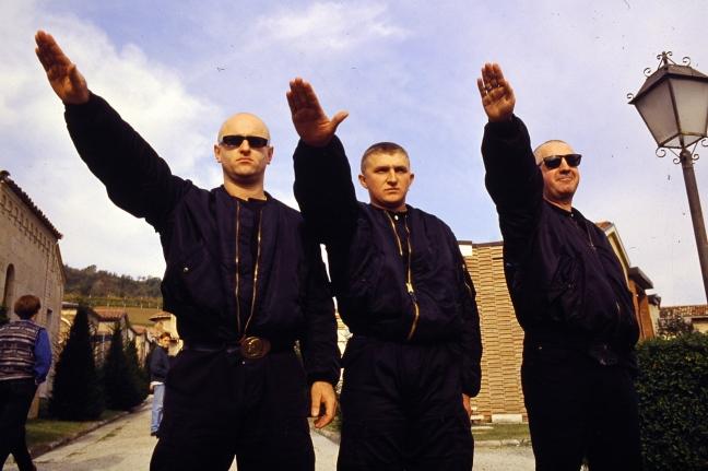 In che modo il fascismo è un reato secondo la costituzione italiana e la legislazione ?