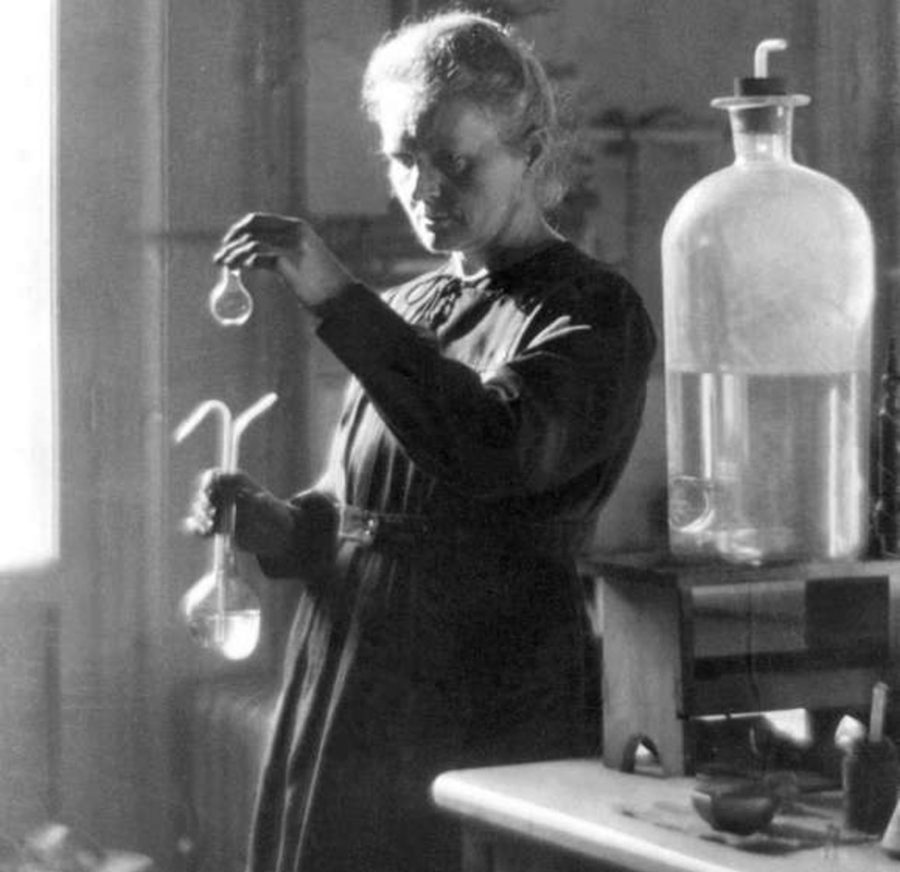 Marie Curie spiega la radioattività: dai tumori alle applicazioni mediche