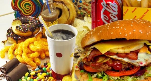 Gli effetti dei cibi ultra-processati: tutto ciò che ci porta a mangiare di più
