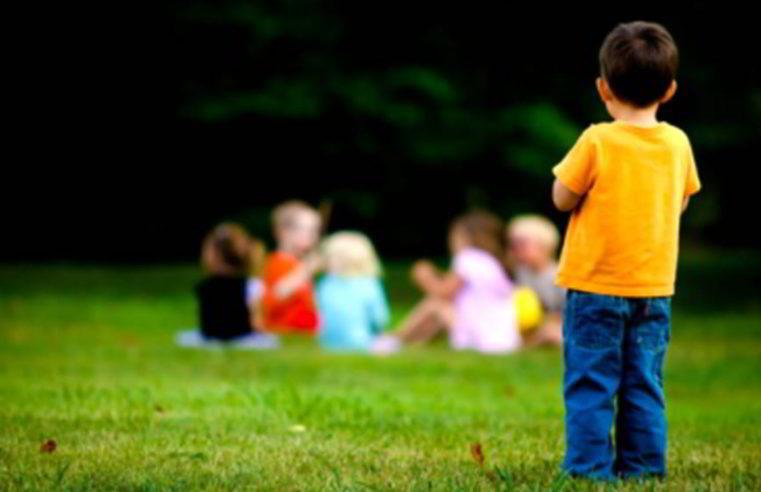 Bambino autistico rifiutato dai genitori: i modelli di assistenza sociale tra fascismo e liberalismo