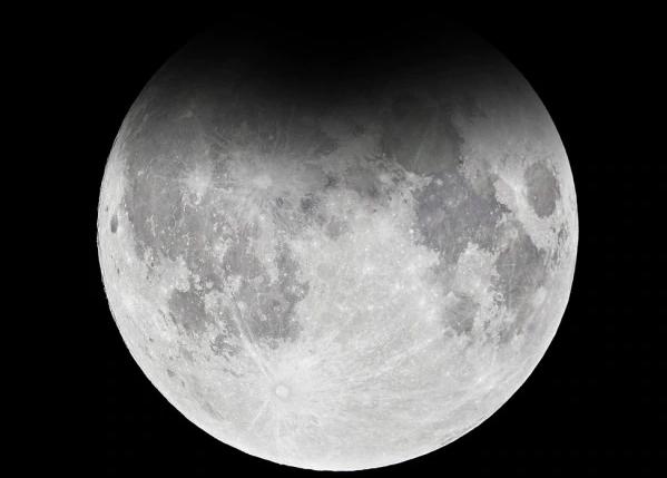 La prima eclissi dell'anno: la Luna Piena del Lupo rimane nella penombra